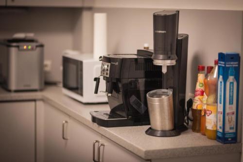 Unendlicher Kaffee und Teevorrat sowie frischer Obstkorb